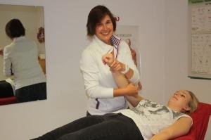 Physiotherapeutische Behandlung in der Praxis für Physiotherapie Meike Roording in Düsseldorf Angermund - Beispiel 1